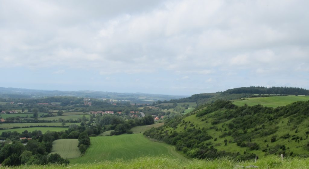 Depuis les hauteurs de la cuesta du boulonnais, la vue s'étend sur les champs bordés de haies et le village de Nabringhen.