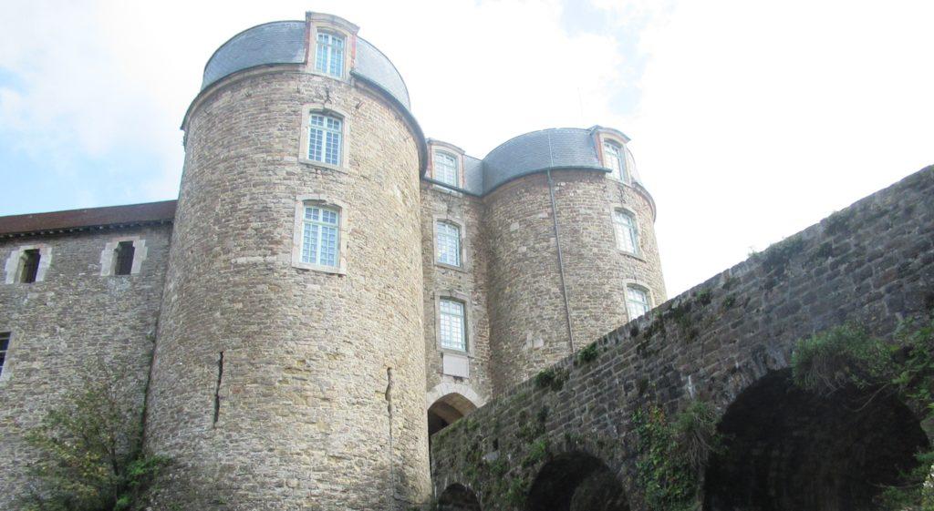 Depuis les douves, l'entrée du château comtal en impose aux visiteurs. Il s'agit du château-musée de Boulogne-sur-Mer.