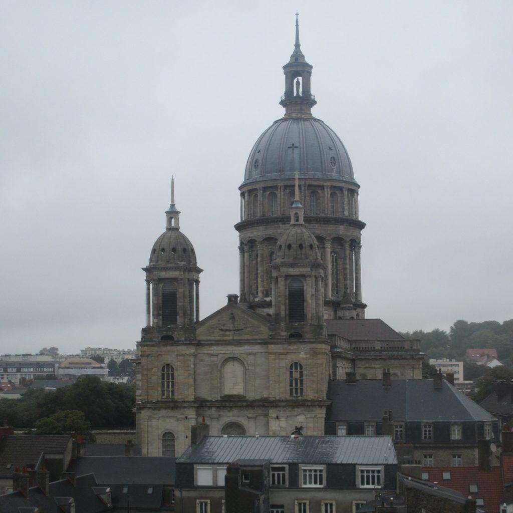 La Cathédrale Notre-Dame de Boulogne-sur-Mer, dont la coupole ressort sur le ciel nuageux. Le ciel est de la grisaille typique des jours de pluie.