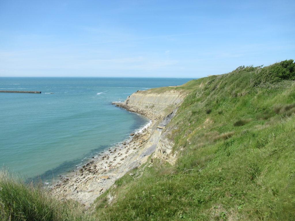 Sur la Pointe de la Crèche, la verdure, la blancheur de la roche et le bleu marin forment un paysage magnifique.